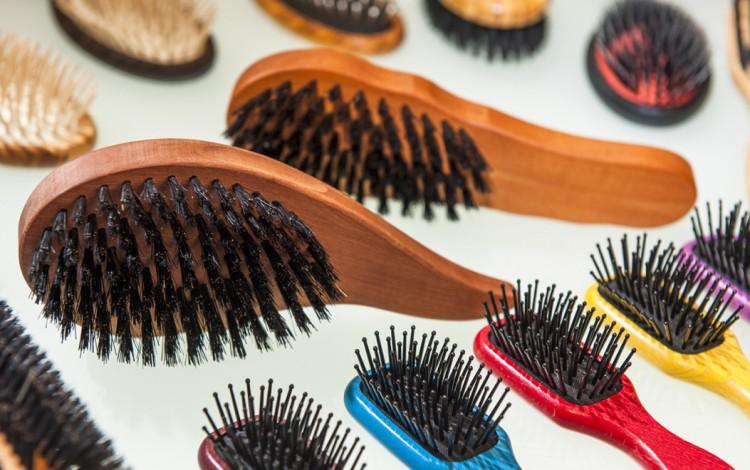Péče o kartáče na vlasy, které jsou vyrobeny ze dřeva